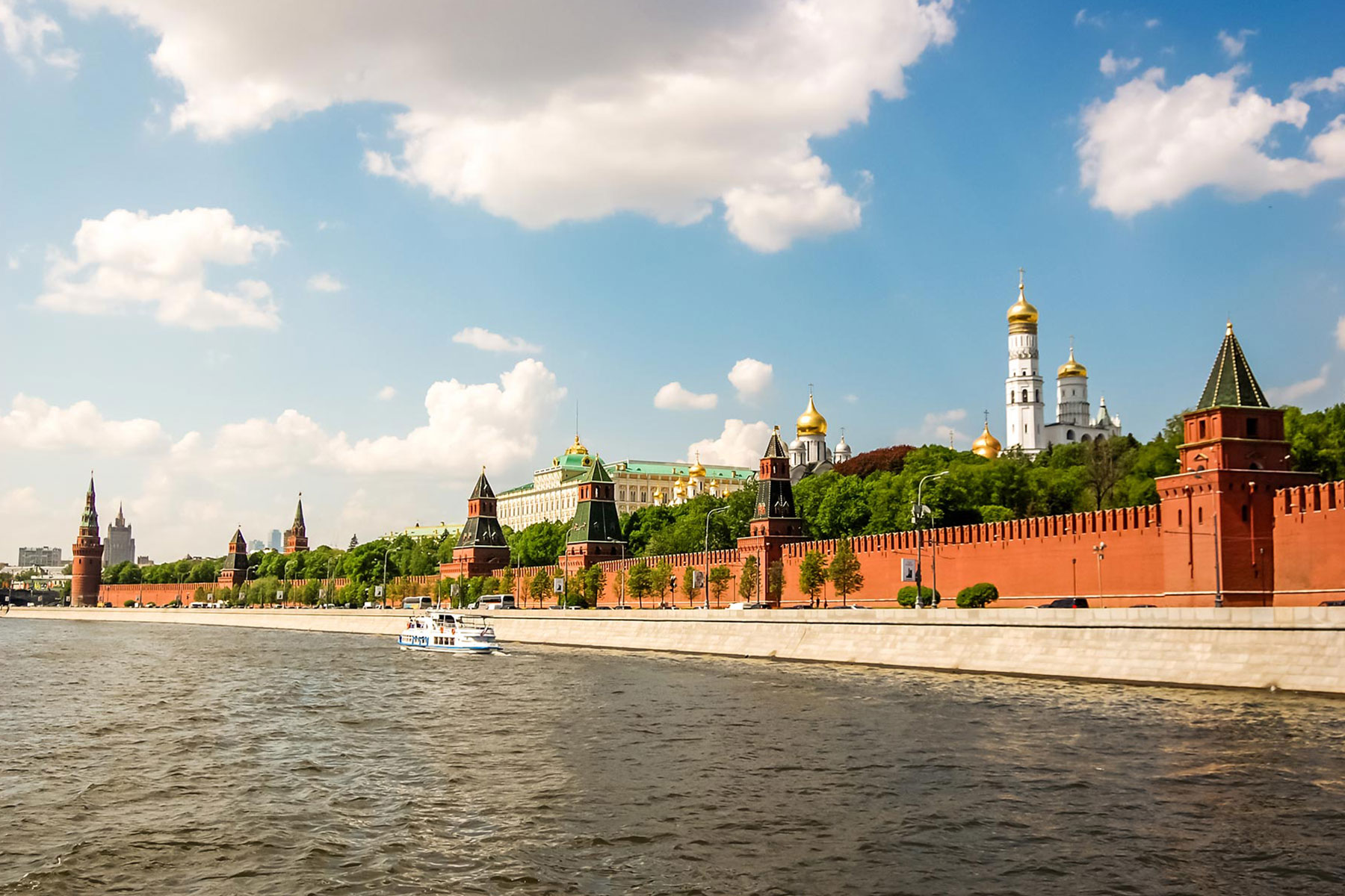 the-kremlin-on-the-banks-of-the-moscow-river-M4HDV79